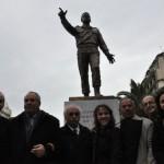 Σταύρος Καράμπελας, Στάθης Παναγούλης, Γιάννης Κλωνιζάκης και άλλοι παρευρισκόμενοι στα αποκαλυπτήρια του αδριάντα του Αλέκου Παναγούλη